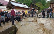 Pompierii încă mai scoteau ieri apa din gospodăriile inundate