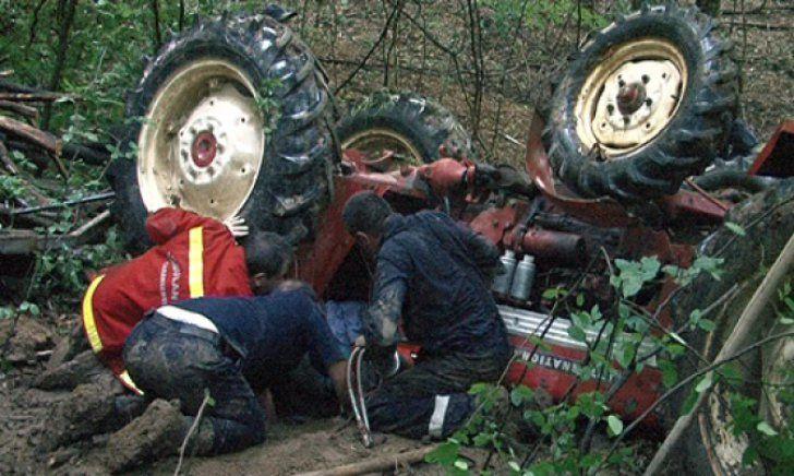 Până să vină descarcerarea, localnicii l-au scos mort de sub tractor
