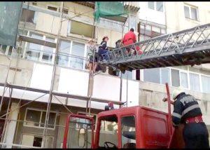 Pompierii au intrat pe geam în Trivale