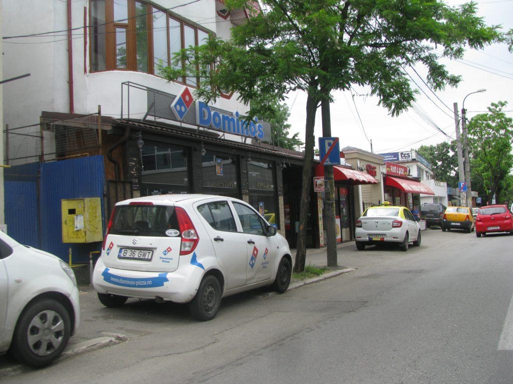 Maşini parcate fix sub semnele de interdicţie