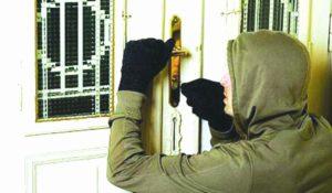 Dacă locuiţi la parter, ferecaţi bine uşile şi ferestrele