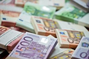 Euro a scăzut la 4,63 lei