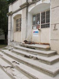 La Ştefăneşti, oficiul poştal - ruină îl păzesc câinii