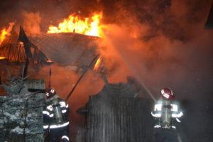 O casă a ars cinci ore