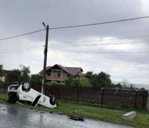 Maşină răsturnată la Stâlpeni