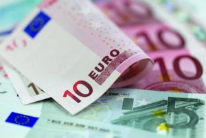 Euro a scăzut la minimul ultimelor trei săptămâni