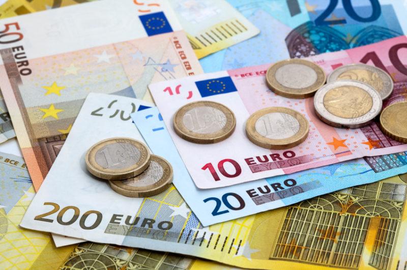 Euro a revenit la 4,66 lei