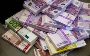 Cursul euro a scăzut în iulie cu 3,3 bani