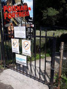 Turiştii sunt aşteptaţi cu lacătul pe poartă