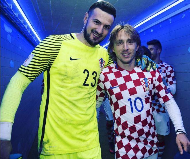 Subasic (stânga) şi Modric, vedetele Croaţiei