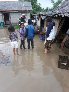 ACUM - Zeci de gospodării inundate în opt comune din Argeş. Pompierii sunt la faţa locului