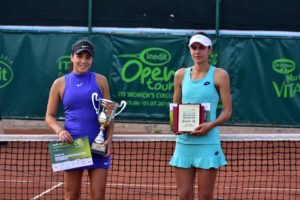 Miriam Bulgaru, în stânga, alături de Andreea Mitu, învinsa sa