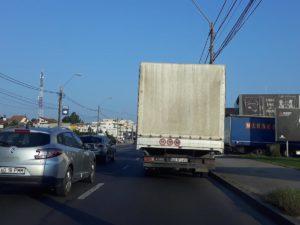 Camioanele cu marfă încurcă circulaţia la
