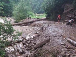 Turişti blocaţi pe Valea Cernatului, la Nucşoara. Au intervenit jandarmii şi pompierii