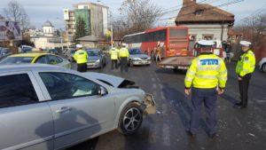 Şoferul unui Opel a trecut pe roşu şi a lovit în plin un autobuz Publitrans
