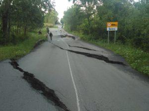 Gropi de jumătate de metru în drumul recent asfaltat, lângă Boteni