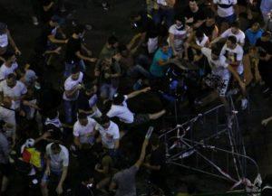 Doi jandarmi, loviţi de protestatari