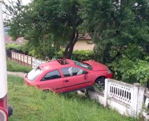 Şoferul nu avea permis, maşina nu avea numere