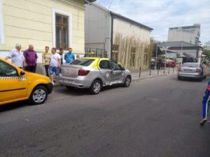 Taxi răsturnat în centrul Piteştiului