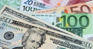 Euro scade, dolarul crește
