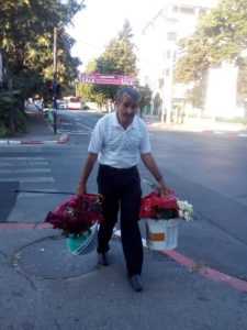 Povestea croitorului care vinde, în bănci, flori de grădină