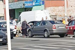 Pieton lovit de două ori pe marcaj! Şoferiţa a încurcat frâna cu acceleraţia