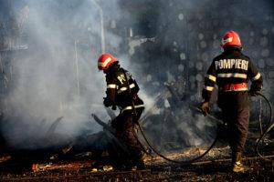 Focul s-a extins la magazie şi la casă
