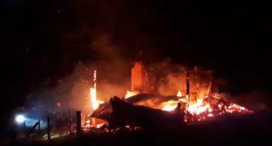 VIDEO - O cabană s-a făcut scrum la Corbeni! Pompierii au acţionat cu mături şi lopeţi