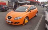 Maşini blocate şi şoferi agitaţi în parcarea Kaufland Găvana
