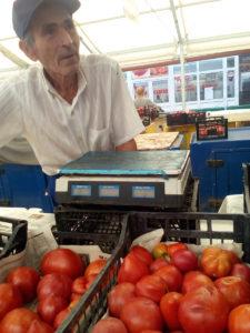 Povestea grădinarului octogenar care-şi vinde roşiile în Ceair