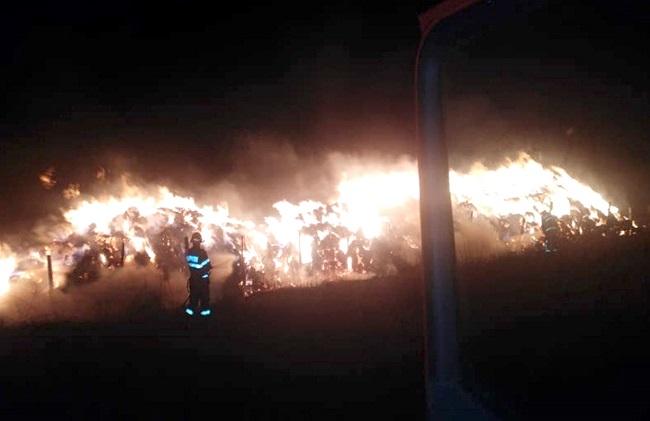 Flăcările au mistuit 10.000 de baloţi