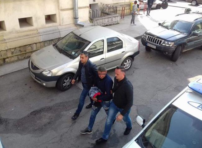 Un poliţist după gratii, altul în arest la domiciliu