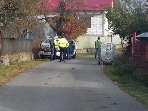 Poliţişti lângă casa femeii din Albeştii de Muscel