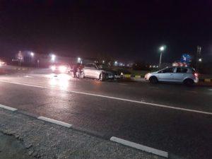 Camioneta şi BMW-ul s-au lovit la Mărăcineni