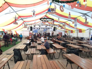 La Oktoberfest Piteşti, berea scumpă şi cerbul-cucuvea sperie clientela