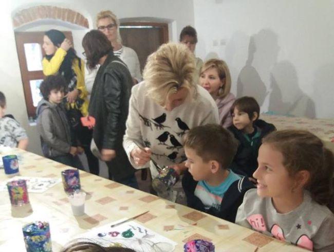 Zeci de copii la atelierul de pictură pe sticlă