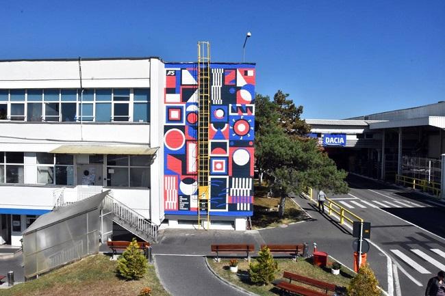 Angajaţii DACIA, încântaţi de o pictură pe pereţi