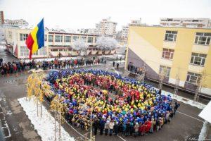 Marș ostășeșc cu baloane tricolore la Școala