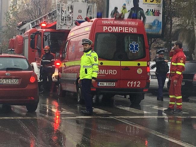 Poliţia dirijează traficul în zonă