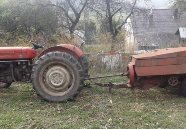 Prins în presa de la tractor la Izvorani