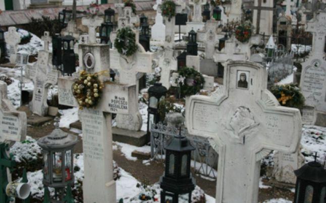 SCANDALOS! Cerşetorii romi au umplut Cimitirul