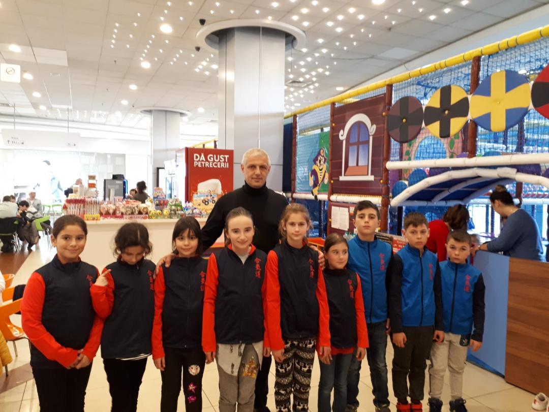Având posibilităţi modeste, copiii din Călineşti fac arte marţiale sprijiniţi de Mihai Georgescu