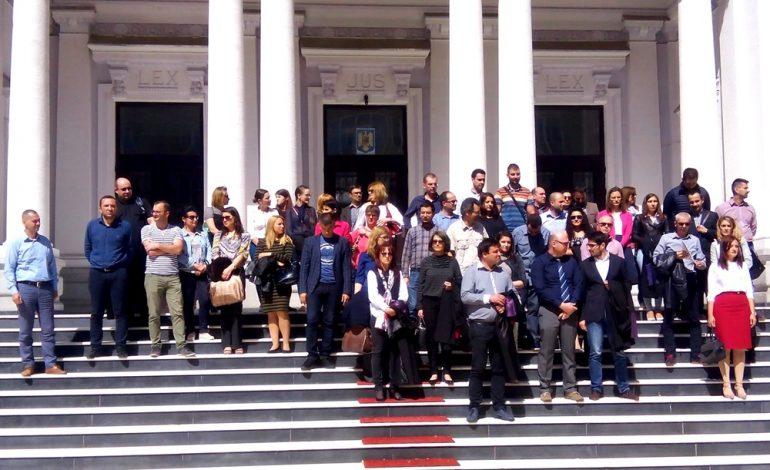 Grefierii piteşteni au protestat la Curtea de Apel