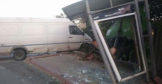 Şofer de TIR a băut în pauză, a distrus o staţie şi avariat o dubă!