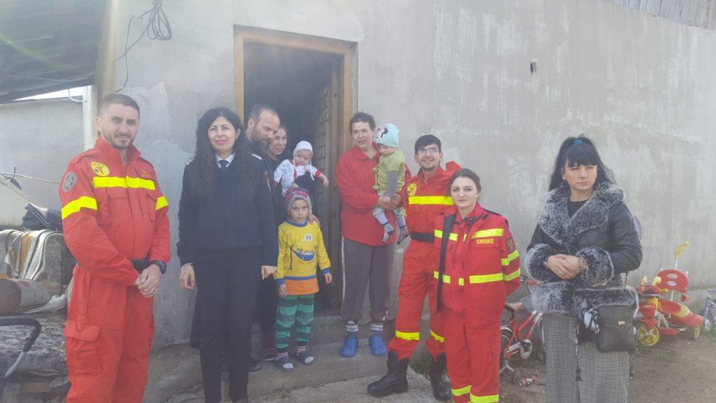 Familii nevoiaşe, ajutate de pompieri