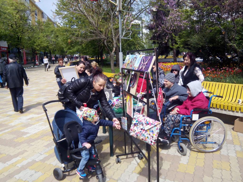 Copiii cu dizabilităţi au realizat suveniruri de Paşti!