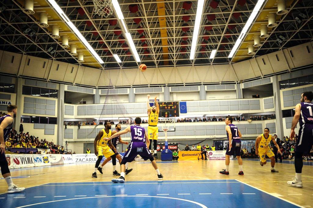 Baschetbaliştii, meciuri grele cu campioana României