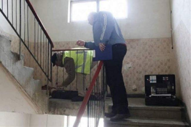 Bărbatul, căzut pe scara blocului