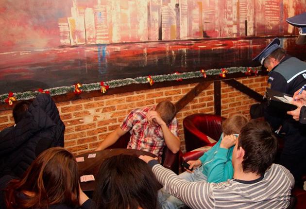 Elevi SURPRINŞI cu CĂRŢILE pe MASĂ: de poker, şeptică sau macao!