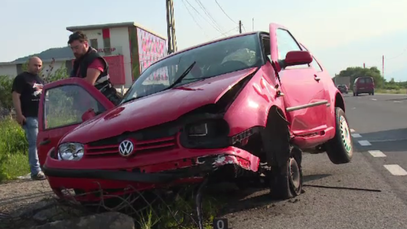 Golf avariat într-un accident produs de un şofer nehotărât